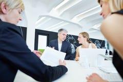Geschäfts-Team in der Verhandlung Stockfotografie