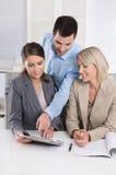 Geschäfts-Team: Mann- und Frauengruppe in einer Sitzung, die über Fa spricht Stockbild