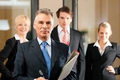 Geschäfts-Team mit Führer im Büro Stockfoto