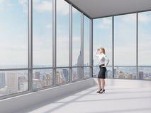 Geschäftsdame betrachtet den Finanzbezirk in New York City Lizenzfreie Stockfotografie