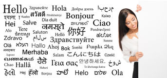 Geschäftsfrau auf einem Hintergrund von verschiedenen Sprachen Stockfotos