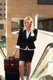 Geschäftsfrau auf Rolltreppe Stockfotografie