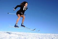 Geschäftsfrau auf Ski Stockfotos