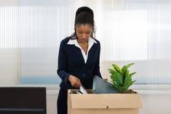 Geschäftsfrau Carrying Box With ihr Eigentum Lizenzfreies Stockfoto