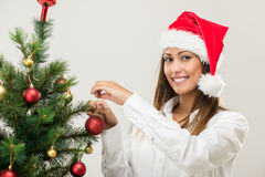 Geschäftsfrau Decorating Christmas Tree Stockbild
