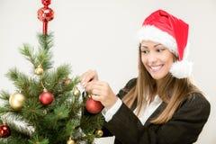Geschäftsfrau Decorating Christmas Tree Stockfotografie