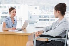 Geschäftsfrau, die arbeitsunfähigen Kandidaten interviewt Lizenzfreie Stockfotos