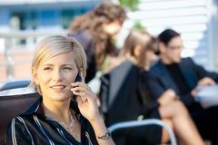 Geschäftsfrau, die auf Mobile spricht Lizenzfreies Stockbild