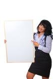 Geschäftsfrau, die auf unbelegtes Schild zeigt Lizenzfreie Stockfotografie