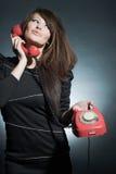 Geschäftsfrau, die über a mit Telefon spricht. Stockfoto