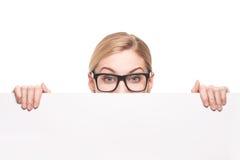 Geschäftsfrau, die über Spitze des weißen Zeichens mit Kopienraum schaut Stockbild