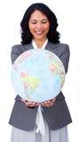 Geschäftsfrau, die an der globalen Geschäftsausweitung lächelt Stockbilder