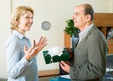 Geschäftsfrau, die ein Geschenk empfängt Stockbild
