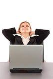Geschäftsfrau, die eine Pause macht und mit ihren Händen hinten sich entspannt Lizenzfreies Stockbild