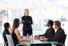 Geschäftsfrau, die in einer Sitzung lächelt Lizenzfreie Stockfotografie
