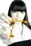 Geschäftsfrau, die Goldtasten ausdehnt Stockfoto