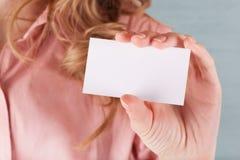 Geschäftsfrau, die ihre Besuchskarte anhält Lizenzfreie Stockbilder