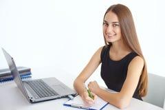 Geschäftsfrau, die an ihrem Arbeitsplatz sitzt Stockbilder