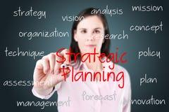 Geschäftsfrau, die Konzept der strategischen Planung schreibt. Stockfoto