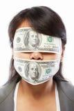 Geschäftsfrau, die mit Geld blind gemacht wird Stockfotos