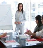 Geschäftsfrau, die mit ihrem Kollegen spricht Lizenzfreies Stockbild