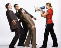 Geschäftsfrau, die mit Megaphon schreit Stockfoto