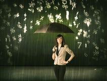 Geschäftsfrau, die mit Regenschirm stehen und Regnen der Zahlen 3d conc Lizenzfreie Stockbilder