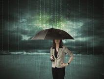 Geschäftsfrau, die mit Regenschirmdatenschutzkonzept steht Lizenzfreie Stockbilder