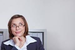 Geschäftsfrau, die nachdenklich oben schaut Lizenzfreie Stockfotografie