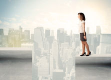 Geschäftsfrau, die am Rand der Dachspitze steht Stockbilder