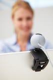 Geschäftsfrau, die Skype auf Laptop verwendet Stockbild