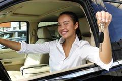 Geschäftsfrau, die Tasten des neuen Autos zeigt Stockfoto