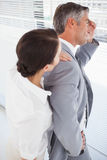 Geschäftsfrau, die um ihren Partner sich kümmert Lizenzfreie Stockfotos