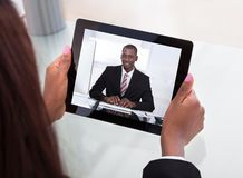Geschäftsfrau, die an Videokonferenz teilnimmt Stockbild