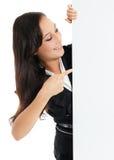 Geschäftsfrau, die weißes leeres leeres Anschlagtafelzeichen mit Kopie hält Lizenzfreie Stockfotos
