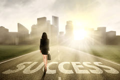 Geschäftsfrau, die zum Erfolg geht Stockbild