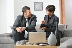 Geschäftsfrau, die zum Geschäftsmann explaning ist Lizenzfreies Stockbild