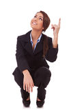 Geschäftsfrau, die zurücktritt und oben zeigt Stockbild