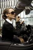 Geschäftsfrau in einem cabrio Stockfotografie