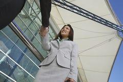 Geschäftsfrau Greeting Male Colleague Lizenzfreies Stockfoto