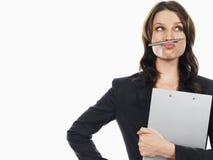 Geschäftsfrau Holding Pen Under Her Nose Lizenzfreie Stockfotografie