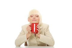 Geschäftsfrau-Holding-Tasse Kaffee Stockfoto