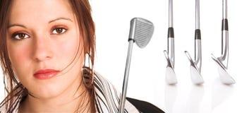 Geschäftsfrau mit dem braunem Haar und Golfausrüstung Stockbilder