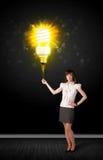 Geschäftsfrau mit einer umweltfreundlichen Birne Stockbilder
