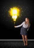 Geschäftsfrau mit einer umweltfreundlichen Birne Stockfotografie