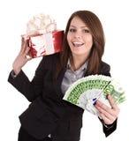 Geschäftsfrau mit Geld, roter Weihnachtskasten. Lizenzfreie Stockbilder