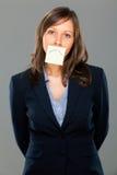 Geschäftsfrau mit klebriger Anmerkung Stockfotos