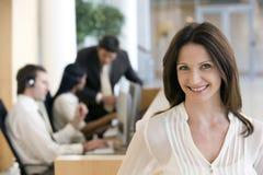 Geschäftsfrau mit Kollegen Stockfoto