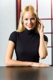 Geschäftsfrau mit Kopfhörer Stockfotografie