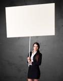 Geschäftsfrau mit leerem whiteboard Lizenzfreies Stockfoto